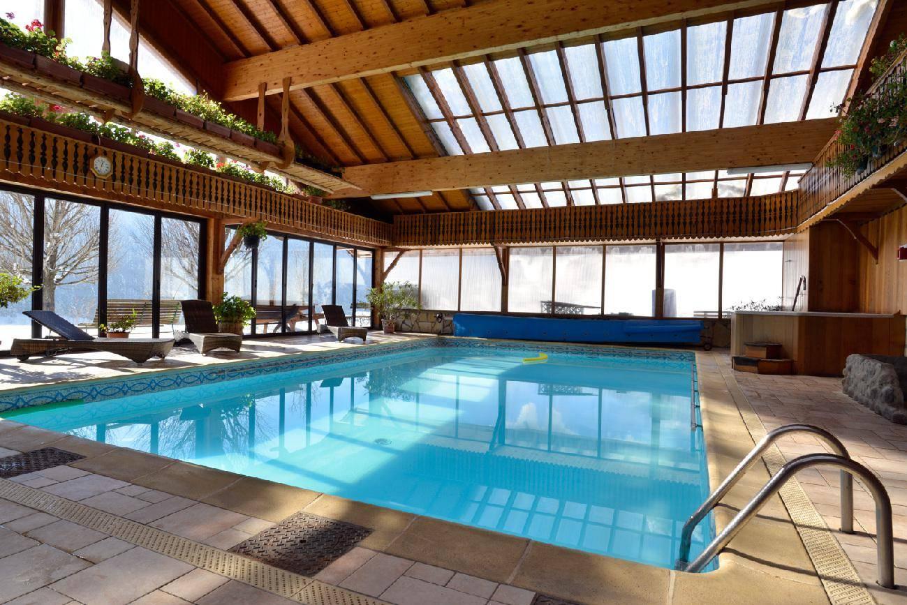 piscine couverte et chauff e le ferraillon. Black Bedroom Furniture Sets. Home Design Ideas